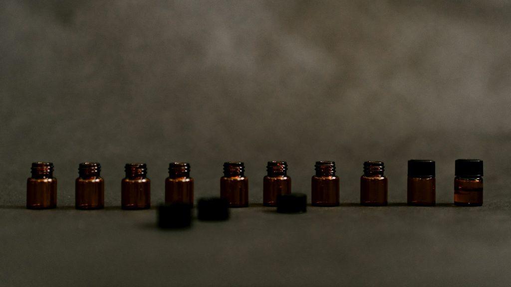bouteilles en verre marron, récipient pour huile, extrait